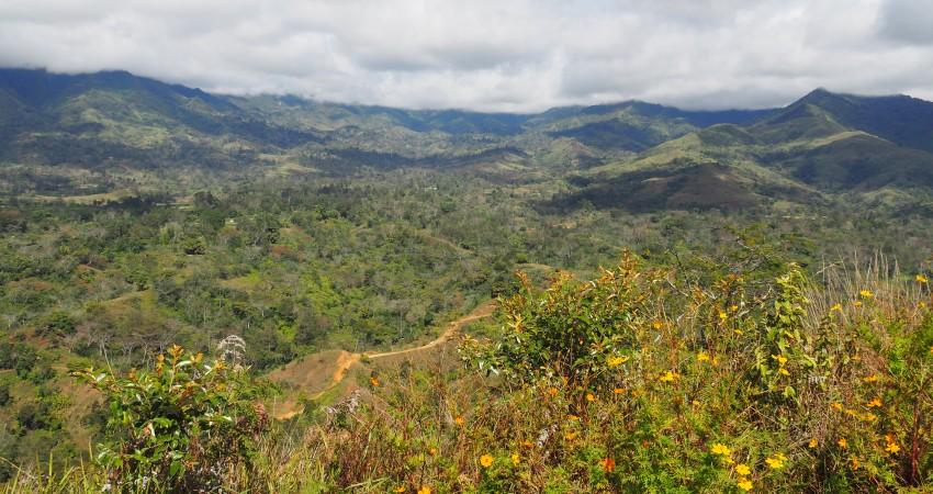 Wanderung auf einen Berg bei Asaroka mit Blick auf die Landschaft